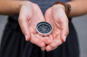 A bússola simboliza a necessidade de manter-se sempre apontando para a direção correta no planejamento pessoal ao longo da vida
