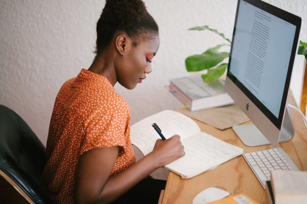 Mulher organizando a agenda pessoal