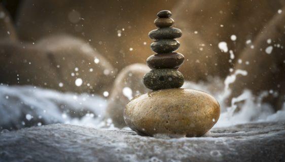 Imagem de pedras equilibradas ilustrando o equilíbrio íntimo necessário à desperticidade