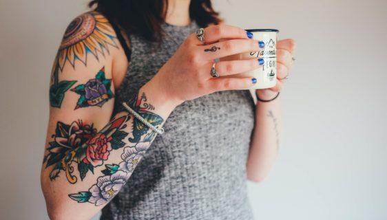 Jovem tatuada