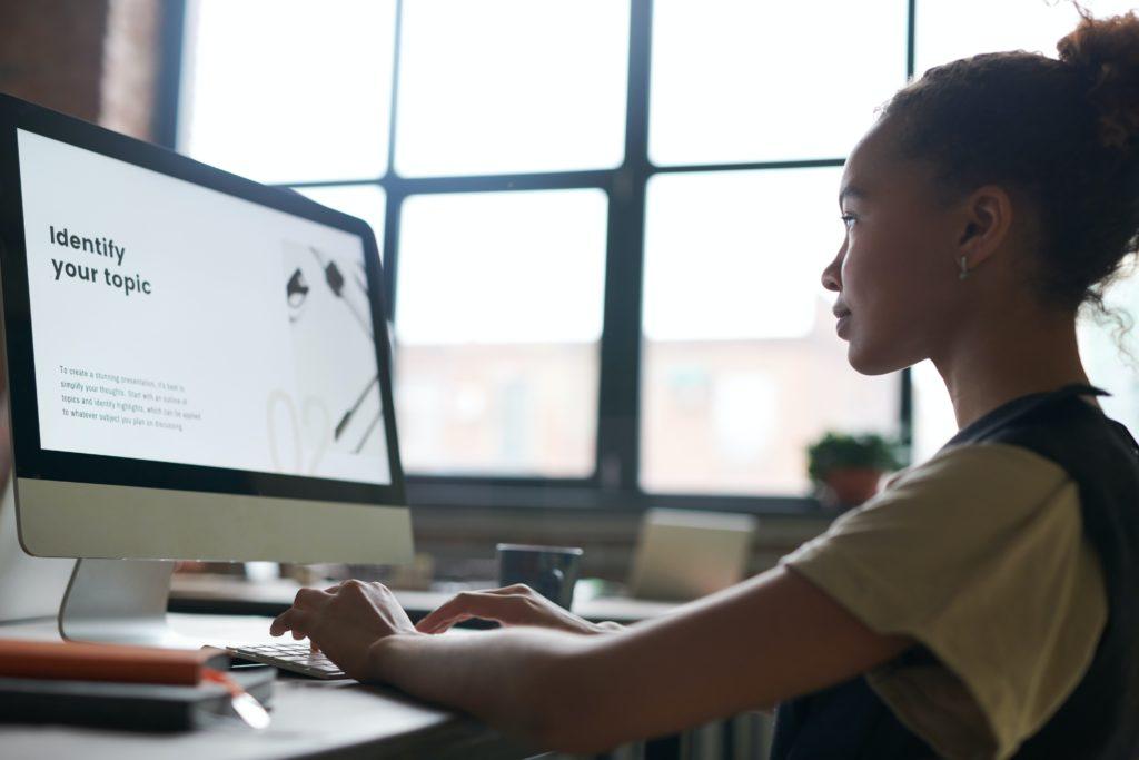 informação: garota acessando um site no computador