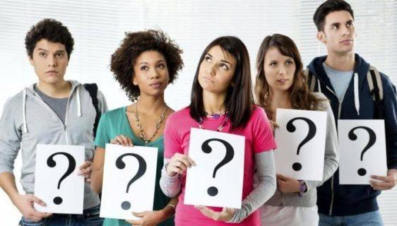 adolescentes com um desenho de interrogação