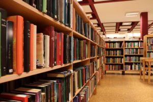 Uma biblioteca com muitas estantes