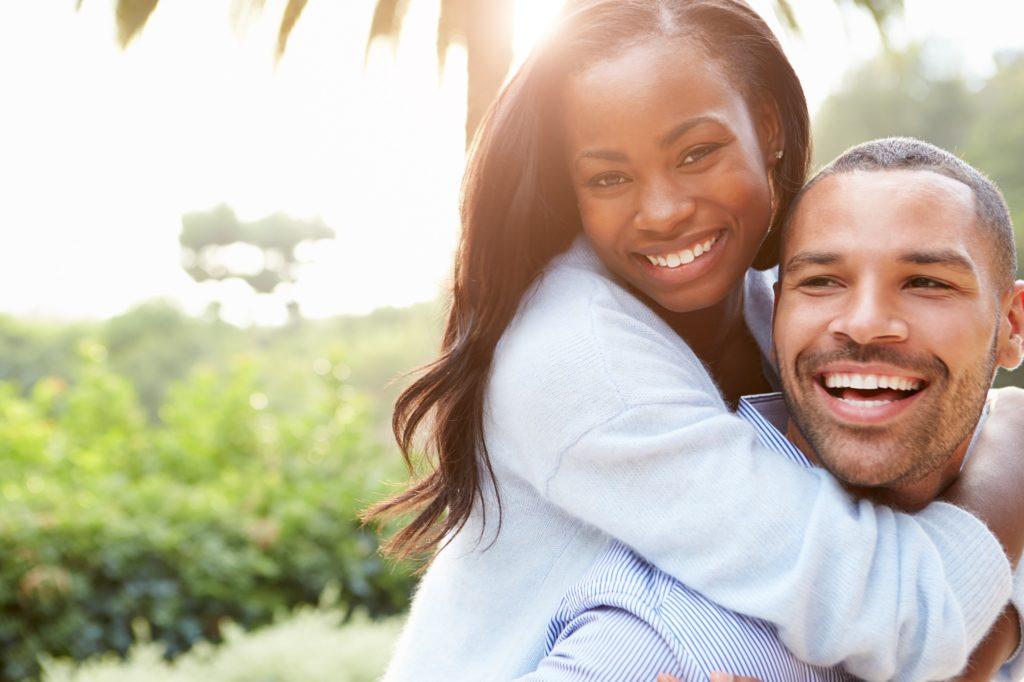Casal abraçados representando relacionamento afetivo.