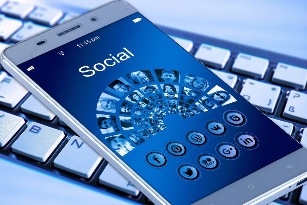O vício pelas redes sociais traz sérias consequências para o jovem.