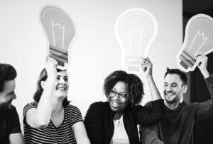 Childfree e a Antimaternidade Produtiva: qual a diferença? Imagens de quatro pessoas sorridentes tendo novas ideias.