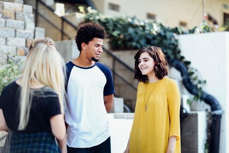 Amizades verdadeiras: as amizades evolutivas na Juventude. Imagem de amigos conversando.
