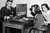 Joseph Banks Rhine, fundador do laboratório de parapsicologia da Universidade de Duke, realizando um experimento